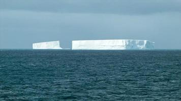 grandes blocos de iceberg flutuando na Antártica tiro médio video