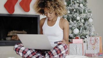 jovem comprando online para o natal video