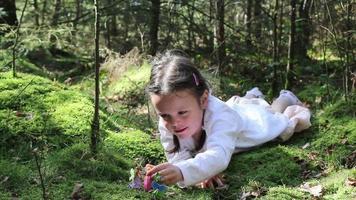 petite fille jouant dans les bois video