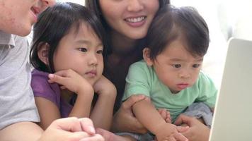 Zeitlupenaufnahme der Familie, die Film auf Laptop sieht video
