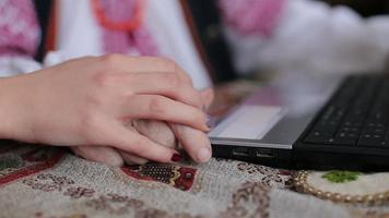 mão de velho e jovem no laptop video