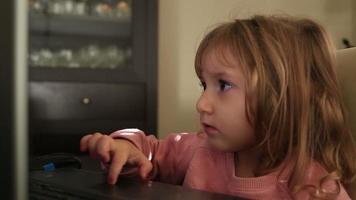 niña usando laptop video