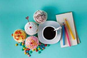 cupcakes con confeti de colores y taza de café