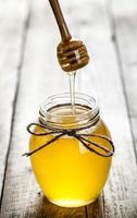 tarro de miel con cazo foto