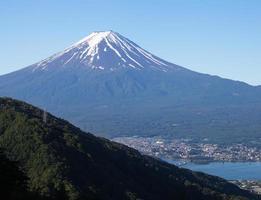 japón paisaje de montaña fuji en temporada de verano foto