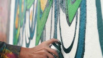 grafiteiro desenhando na parede video