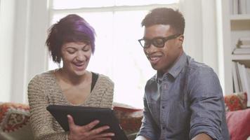 junge Leute, die am Laptop arbeiten video