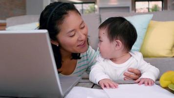Mutter mit Baby mit Laptop video