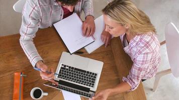 Draufsicht des Paares, das inländische Finanzen auf Laptop prüft video