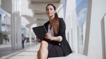 elegante direttrice aziendale che lavora su un laptop