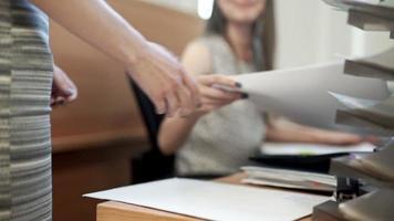 femme d'affaires apporter des documents pour signature