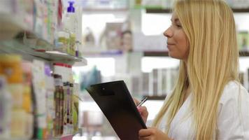 farmacéutico que contabiliza el producto en la farmacia video