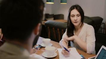 discussão da equipe criativa trabalhando juntos no café