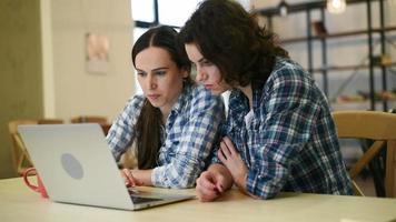 deux belles filles avec un ordinateur portable