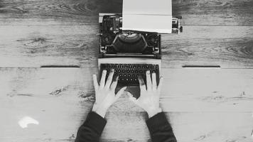 digitando su una vecchia macchina da scrivere video