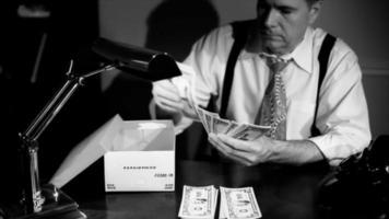 filme noir homem colocando dinheiro em uma caixa de sapato
