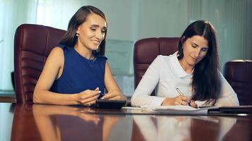trabalhador de escritório de empresária linda dois discutindo no escritório. video