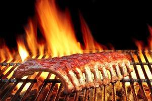 espalda de bebé o costillas de cerdo a la parrilla caliente en llamas