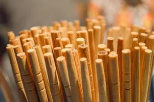palillos de madera marrón