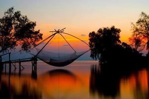 siluetas de maquinaria de bambú para la pesca. foto