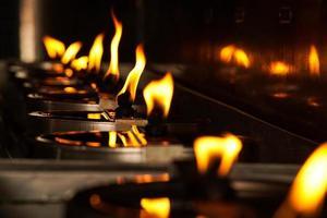Lámpara de aceite ardiente en el templo Wat Yai Chai Mongkhon
