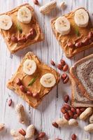 comida sana: bocadillos con mantequilla de maní y plátano foto