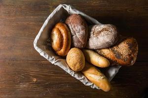 Foto del surtido de pan en canasta de madera