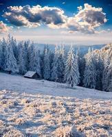 velha fazenda nas montanhas no inverno