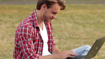 cara esperto estudando ao ar livre