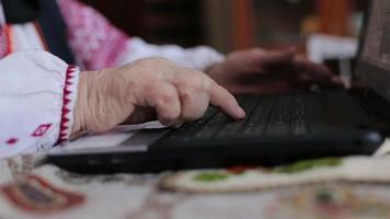 mãos de uma velha correndo em seu teclado