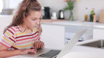 Kind mit einem Laptop