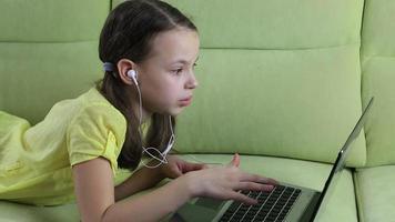 menina emocional falando no skype no laptop