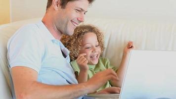 Vater und Sohn sitzen auf einem Sofa video