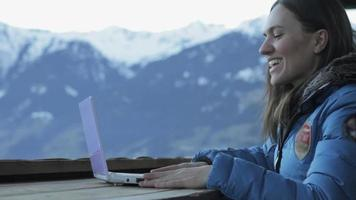 giovane donna in chat video in montagna