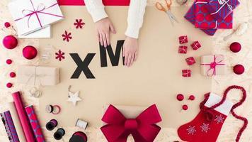 dama haciendo decoración de navidad