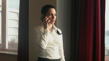 atractiva mujer de negocios hablando por teléfono
