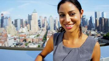 portrait, de, confiant, hispanique, femme affaires, sur, toit