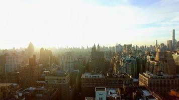 adembenemend uitzicht op de metropool van de moderne stad. vliegen over de stad. stadsgezicht stadsgezicht