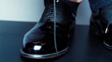 el hombre se ata los zapatos