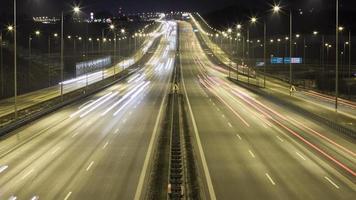 traffico notturno di lasso di tempo sull'autostrada