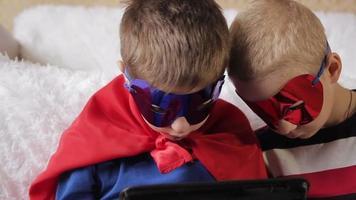 los niños juegan en la computadora