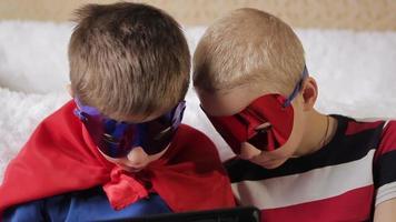i bambini giocano sul computer video