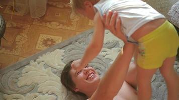 o cara brincando com a criança segurando ele