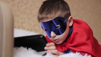 ragazzo supereroe con tablet video