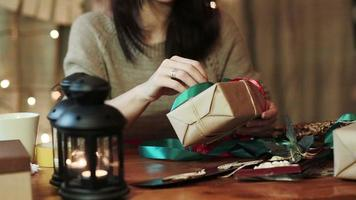 junge Frau, die Weihnachtsgeschenke zu Hause einwickelt video
