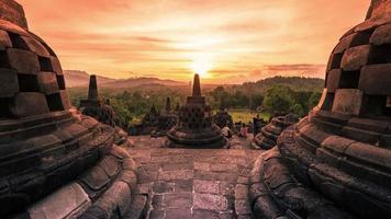 Buddist temple borobudur au coucher du soleil incroyable en Indonésie. timelapse fullhd - java, Indonésie