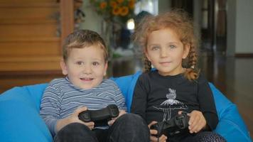 menino e menina bonitos jogando no x-box