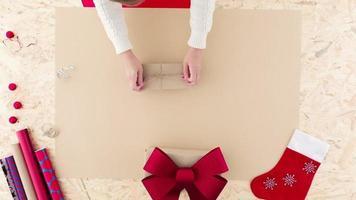 cadeau de Noël d'emballage féminin video