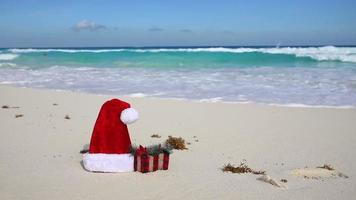Weihnachtsmütze am weißen Sandstrand