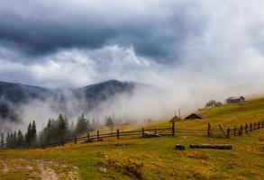calentamiento global. paisaje de montaña. nubes y niebla